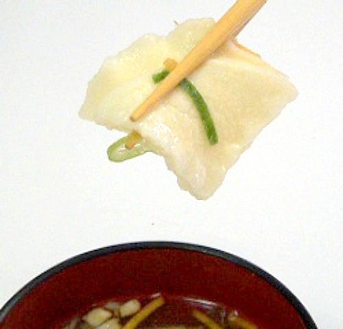 八戸せんべい汁の特徴はスープがしみこんだ煎餅です