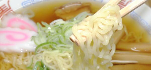 細ちじれ麺がスープを十分に絡めてくれます。