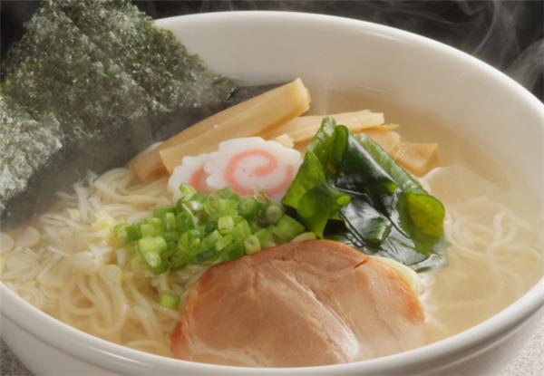 あっさり塩味スープと細ちぢれ麺の八戸いかラーメン